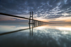 Long pont au-dessus du Tage à Lisbonne à l'aube image stock