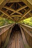 Long pont piétonnier rayonné en bois avec le toit images libres de droits