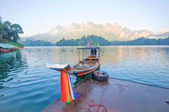 Long-tail boat and lakeside raft houses on Cheow Lan Lake, Khao Royalty Free Stock Photos