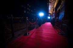 Long tapis rouge entre les barrières de corde sur l'entrée images stock