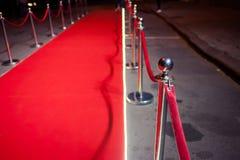 Long tapis rouge entre les barrières de corde sur l'entrée photo stock