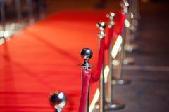 Long tapis rouge entre les barrières de corde sur l'entrée image libre de droits