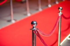 Long tapis rouge entre les barrières de corde sur l'entrée photos libres de droits