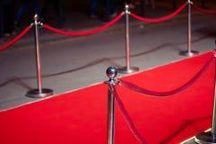 Long tapis rouge entre les barrières de corde sur l'entrée images libres de droits