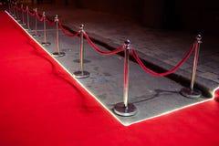 Long tapis rouge entre les barrières de corde sur l'entrée photo libre de droits