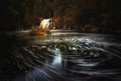 Long tir d'exposition de rivière débordante Homla et de cascades image stock