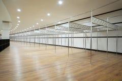 Long vestiaire avec des secteurs des pipes métalliques Images libres de droits