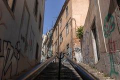 Long vol de vieilles étapes en pierre amenant photo stock