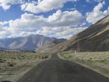 Longa viagem, céu e montanhas Foto de Stock Royalty Free