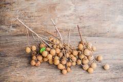 Longan Dimocarpus Longan свежий Пук выставки Longan и корки белое мясо с черным семенем был помещен на деревянной предпосылке Стоковое Изображение RF