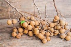 Longan Dimocarpus Longan свежий Пук выставки Longan и корки белое мясо с черным семенем был помещен на деревянной предпосылке Стоковые Изображения