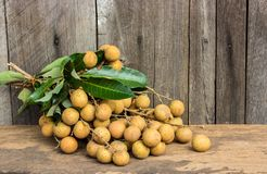 Longan frais de Dimocarpus de Longan, sur un fond en bois photographie stock libre de droits