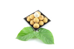 Longan fresco disposto in un piatto nero. Fotografia Stock
