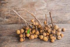 Longan frischer Dimocarpus Longan Ein Bündel der Longan- und Schalenshow das weiße Fleisch mit schwarzem Samen wurde auf einen hö Stockbilder