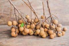 Longan frischer Dimocarpus Longan Ein Bündel der Longan- und Schalenshow das weiße Fleisch mit schwarzem Samen wurde auf einen hö Stockbild