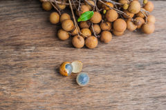 Longan frischer Dimocarpus Longan Ein Bündel der Longan- und Schalenshow das weiße Fleisch mit schwarzem Samen wurde auf einen hö Stockfotos