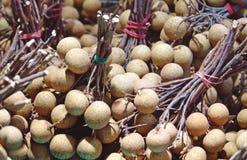Longanfruit in de verse markt stock afbeelding