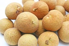 Longanfrukt på den vita plattan royaltyfria foton