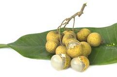 Longanfrukt på det gröna bladet. Arkivfoto