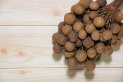 Longans owoc rosnąć w tropikalnym z drewnianym tła parrt 2 obrazy royalty free