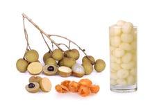 Longansirup im Glas und Longan tragen auf weißem Hintergrund Früchte Lizenzfreies Stockfoto