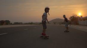 longboard冰鞋的男孩 库存图片