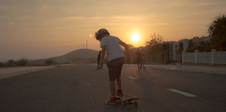 longboard冰鞋的男孩 免版税库存照片