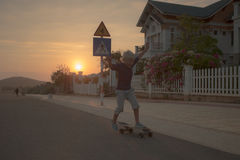 longboard冰鞋的男孩 免版税图库摄影