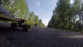 Longboard特写镜头,在滑板的脚,慢动作,广角, 影视素材