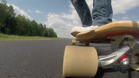 Longboard特写镜头,在滑板的脚,慢动作, 影视素材
