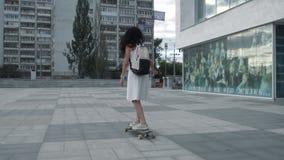 longboard骑马的女孩在街道 影视素材