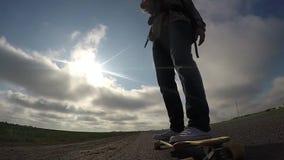 Longboard骑马,在滑板的脚, 股票录像
