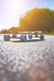 Longboard на дороге в солнечной погоде Люди вокруг скейтборда Тропа в парке место урбанское Стоковые Фото