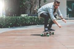 Longboard de patinagem do menino do skater na rua Fotos de Stock