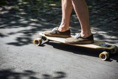 Longboard en la 'promenade' Imagen de archivo libre de regalías