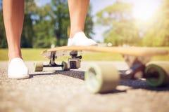Longboard mit Aktionskamera Stockfoto