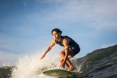 Longboard-Surferfahrten in Richtung zur Wasserkamera lizenzfreie stockfotografie
