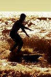 Longboarder, das bei Sonnenuntergang surft stockbild
