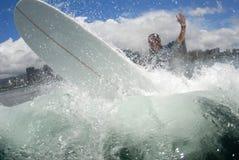 Longboarder de vague déferlante outre de la languette image stock