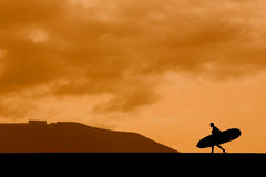 Longboarder en la puesta del sol Fotos de archivo libres de regalías