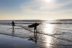 Longboarders på solnedgången Royaltyfria Foton