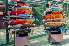Longboards y monopatines para el alquiler Fotos de archivo libres de regalías