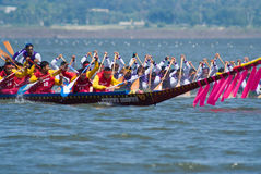 Longboat, der in Pattaya, Thailand läuft Lizenzfreie Stockbilder