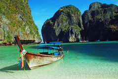 Longboat at maya bay, thailand Royalty Free Stock Photography