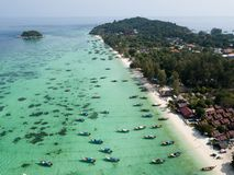 Longboats na Koh Lipe wyrzucać na brzeg Andaman morze, obraz stock