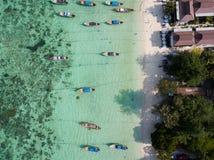 Longboats na Koh Lipe wyrzucać na brzeg Andaman morze, zdjęcia stock