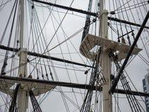Longerons et linceuls d'un bateau classique historique de frégate tenant le calage et la corde pour la navigation images libres de droits