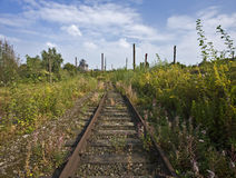 Longerons rouillés aux zones industrielles abandonnées photo libre de droits