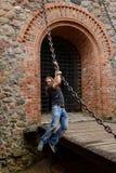 Longhair вид человека на большой цепи в замке Trakai стоковая фотография