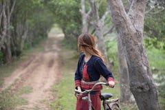 Longhair девушка смотря назад Стоковое фото RF